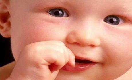 لماذا يمص الطفل أصبعه ؟