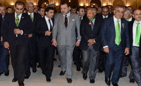 جلالة الملك حفل استقبال على شرف أعضاء نادي الرجاء الرياضي لكرة القدم . الملك يوشّح فاخر . كما منحهم 350 مليون كهبة