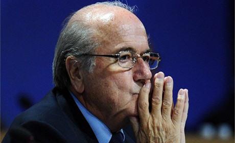 رئيس الفيفا جوزيف بلاتير يعزي في الراحل عبد القادر لبرازي