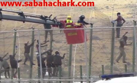 السُلطات المغربية تشيد سياجاً بشفرات حادة قرب مليلية المُحتلة