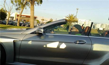 الملك يتجول في تطوان رفقة الهمة في سيارة مكشوفة