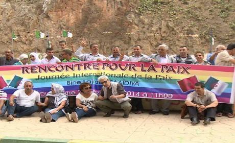 """في يوم السلام العالمي ..جزائريون ومغاربة يحتجون على الشريط الحدودي """"بين لجراف"""" على مشارف السعيدية"""