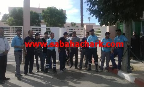 """حراس شركة الأمن """"السكيريتي""""المكلفة بمستشفى الدراق ببركان في وقفة احتجاجية للمطالبة بصرف أجورهم"""