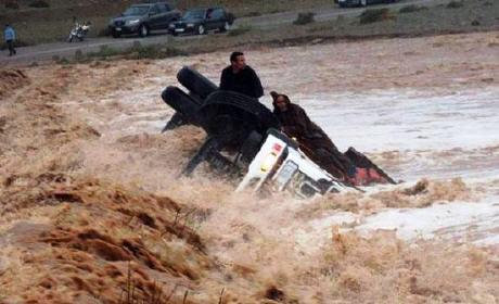32 قتيلا و6 مفقودين بسبب الفيضانات..
