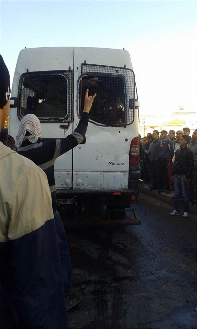 أثناء-محاصرة-سيارة-للقوات-المساعدة2