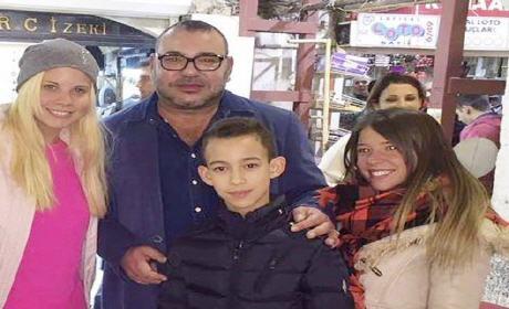 أولى الصور الملك محمد السادس وابنه ولي العهد مولاي الحسن بالأسواق الشعبية إسطنبول