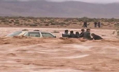 مواطنون يستغيثون بعد ان حاصرتهم السيول بنواحي بوعرفة