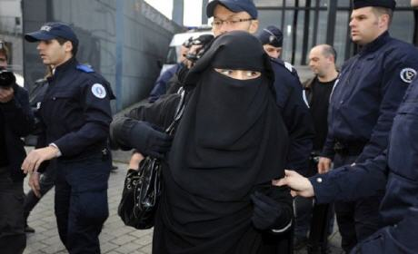 """الشرطة الفرنسية تُواجه المُحجبات بعنف وتعتقل كل من يُمجد هجمات """"شارلي ايبدو"""""""