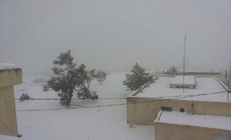 موجة ثلج تُحاصر عائلات بكرسيف ومواطنون يستنجدون بتدخل عاجل للدولة بعد انهيار منازلهم ومكوثهم بمدارس لأيام