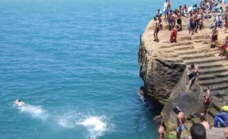 """انقاذ فتاة ب """" ليروشي """" رأس الماء بعدما ألقت بنفسها من أعلى الصخرة"""