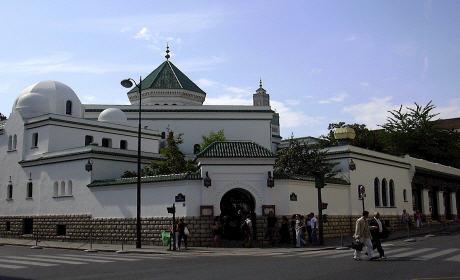 فرنسا تشرع في اغلاق المساجد التي يُديرها مُتشددون وطرد عشرات الأئمة