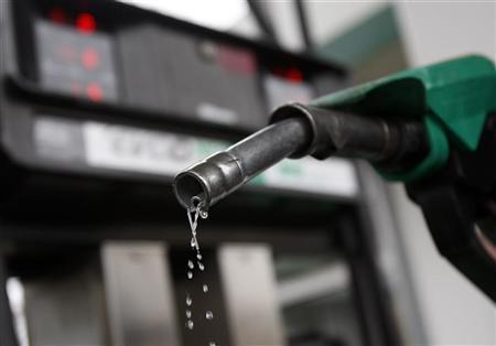 انخفاض جديد في أسعار النفط دولياً بسبب تخمة العرض وارتفاع للمحروقات بالمغرب
