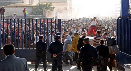 العشرات من المواطنين أمام معبر بني نصار بعد منعهم من الدخول الى مليلية المحتلة