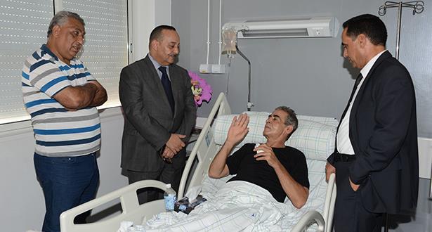 وزير الثقافة والاتصال يزور الفنان الشاب ميمون الوجدي بعد إجرائه عملية جراحية