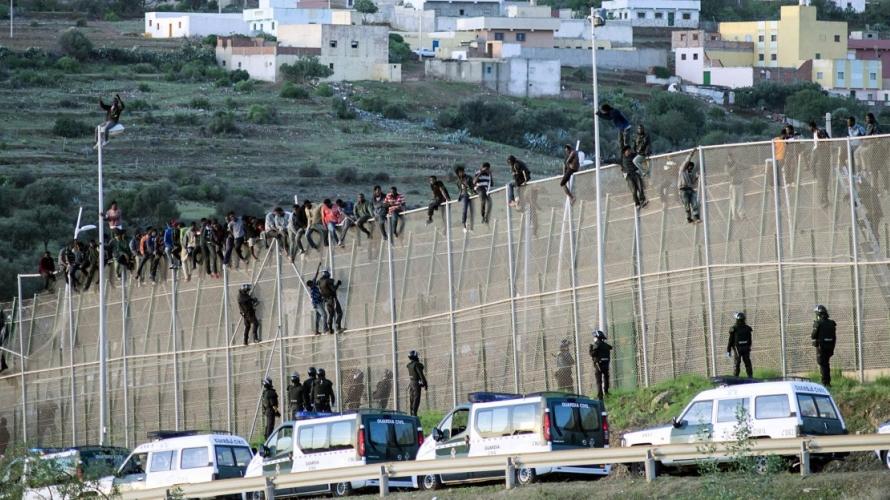 إحباط عملية للهجرة السرية عبر السياج المحيط بمدينة مليلية وتوقيف 16 شخصا