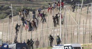 إحباط ما يناهز 400 مهاجرا سريا منحدرين من دول إفريقيا لمدينة سبتة المحتلة