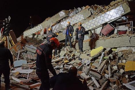 """زلزال بقوة 6.8 درجة يضرب شرق تركيا ويخلف 20 قتيلاً وأزيد من ألف جريح """"صور"""""""