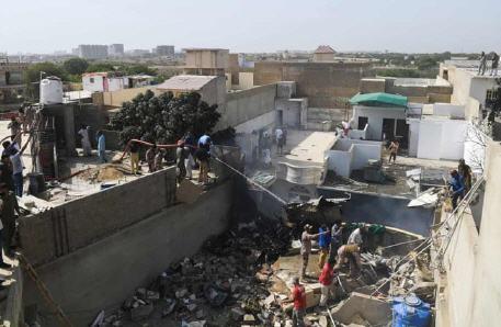 فاجعة .. تحطم طائرة ركاب فوق حي مكتظ بالسكان في باكستان