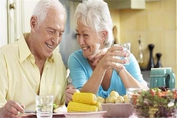 للوقاية من كورونا… نظام غذائي يعزز مناعة كبار السن