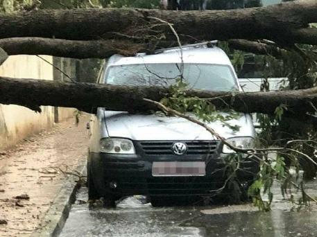 أمطار عاصفية ورعدية تسبب في فيضانات بعدد من أزقة وشوارع مدينة تازة
