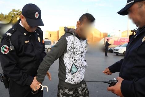 ضابط يستعمل سلاحه الوظيفي لتوقيف شخص  هدد عناصر الشرطة بالسلاح الأبيض