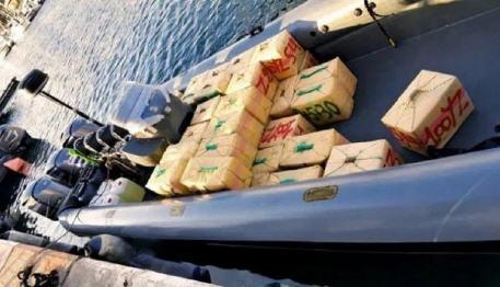 إحباط محاولة تهريب نصف طن من مخدر الشيرا بعرض ساحل القصر الصغير