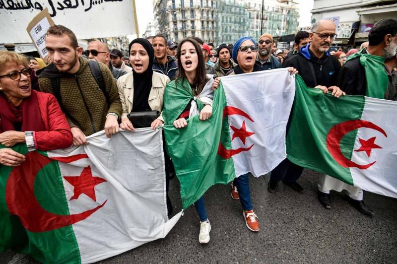 أنباء عن اغتيالات تطال نشطاء بالجزائر والإطاحة بجنرالات القايد صالح