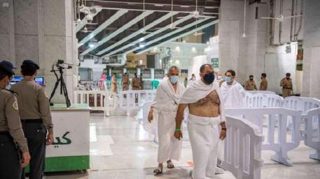 المسجد الحرام يستقبل أول فوج من المعتمرين وفقا للإجراءات الاحترازية الصحية