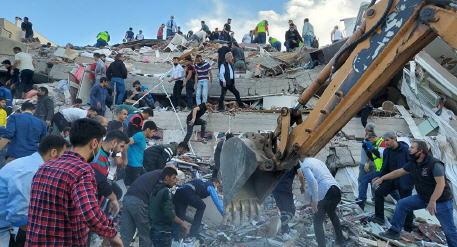 ارتفاع حصيلة ضحايا زلزال إزمير إلى 25 قتيلا و804 مصابين