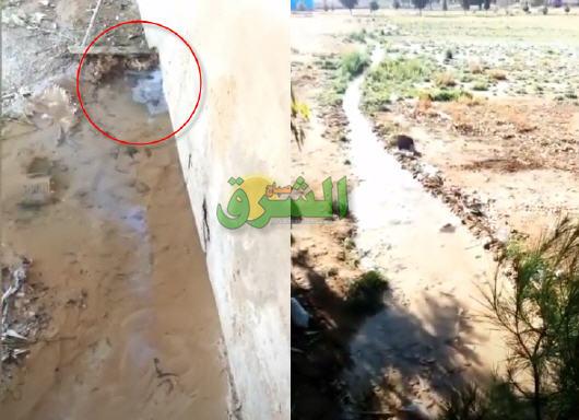 انفجار انبوب ماء وعدم تدخل المصالح المختصة يحول ساحة ملحقة مدرسة النخيل المختلطة إلى أودية جارية