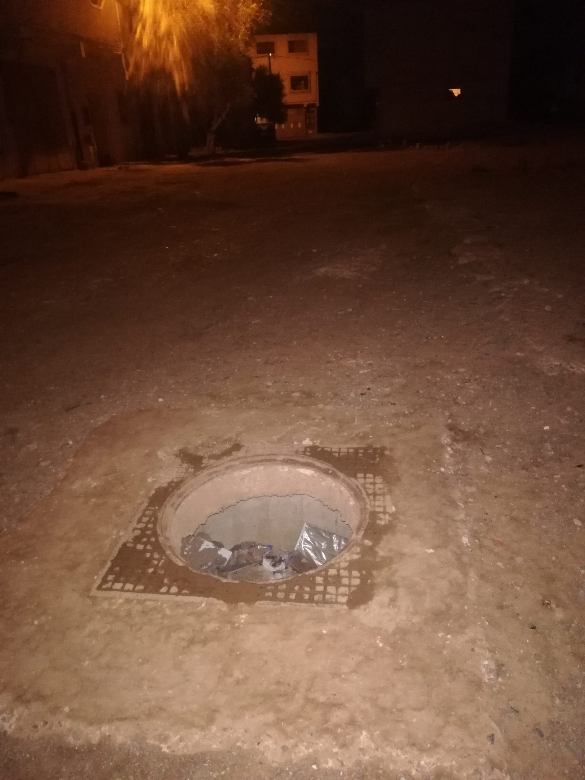 بالوعة الصرف الصحي تُهدد حياة المارة بحي بولغالغ والجهات المختصة خارج التغطية !!