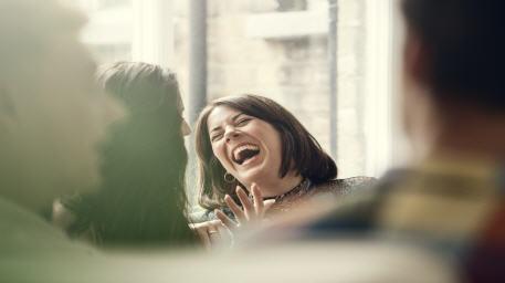 """ماذا يفعل الضحك والترويح عن النفس بجسمك؟.. تأثير """"غير متوقع"""""""