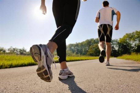 النوم أم ممارسة الرياضة.. أيهما يتمتع بأولوية أكبر، خاصة لإمداد الجسم بالطاقة؟