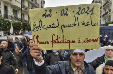 آلاف الجزائريين يتظاهرون في مسيرات شعبية ويطالبون بإسقاط النظام