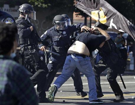 اعتقال 12 شرطيا على خلفية مقتل مهاجرين وحرق جثثهم