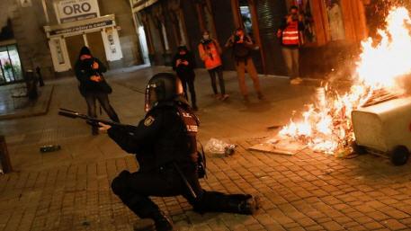 اعتقال أربعة أشخاص آخرين في أعقاب ليلة رابعة من الاحتجاجات العنيفة في اسبانيا