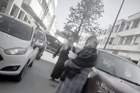 """""""نساء لْمُوقْفْ"""" بحي أكدال..مطارداتٌ وتحرش واستغلال ورُكام من الهواجس اليوميّة"""