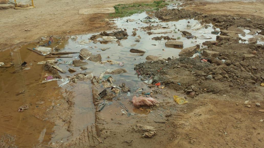 إنفجار أنبوب للماء الصالح للشرب يحول حي بولغالغ إلى بركة عائمة، وسط سخط سكان الحي
