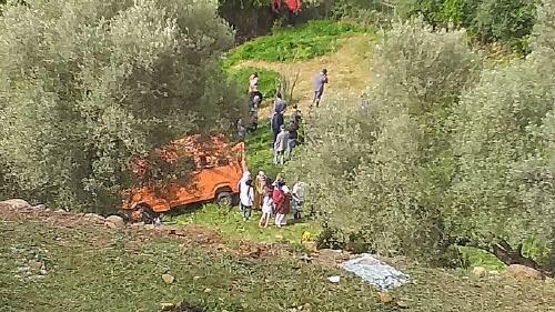 مصرع فتاة وإصابة 16 آخرين في حادثة سير ناجمة عن سقوط سيارة كبيرة للنقل بمنحدر