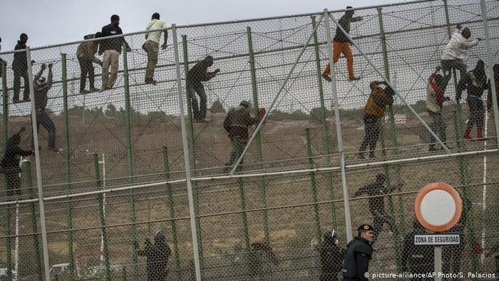 60 مهاجرا يخترقون السياج الحدودي بمليلية المحتلة