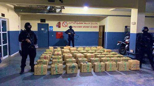 حجز طنين من مخدر الشيرا وتوقيف شخص يشتبه في ارتباطه بشبكة إجرامية تنشط في التهريب الدولي للمخدرات