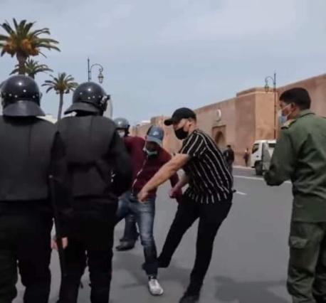 توقيف الشخص المشتبه فيه الذي ظهر في مقاطع فيديو وهو يعنف الأساتذة المتعاقدين في شكل احتجاجي بالرباط
