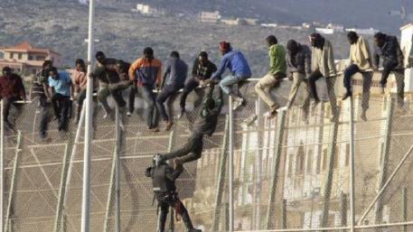 نحو 150 مهاجرا حاولو العبور إلى مليلية المحتلة عن طريق الميناء