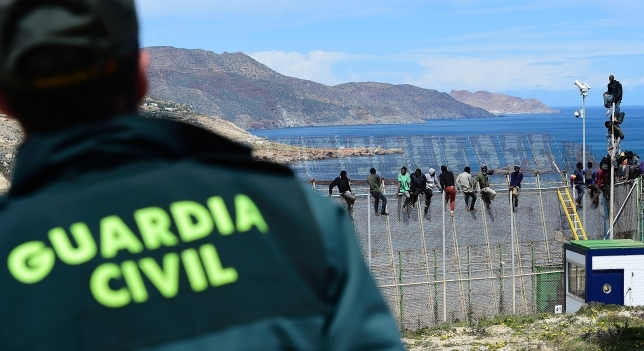 مهاجرون يحاولون اقتحام مدينة مليلية المحتلة سباحة