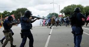 «انقلاب عسكري» في السودان.. اعتقال رئيس الوزراء ومسؤولين آخرين والقوى المدنية تدعو الشعب للتدفق إلى الشوارع