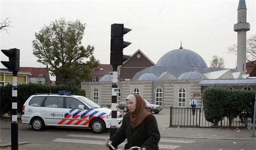 هولندا تراقب أئمة المساجد والمؤسسات والجمعيات المسلمة الفاعلة بتمويل من وكالة الأمن ومكافحة الإرهاب