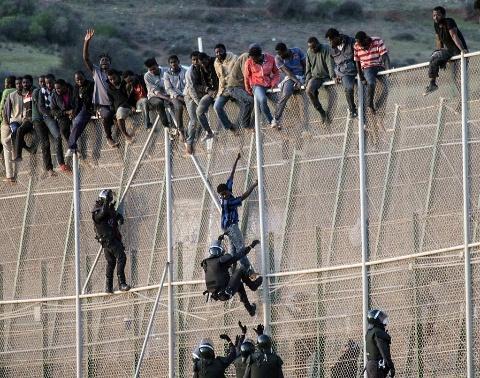 إجهاض مخطط لتنظيم عملية للهجرة غير الشرعية عن طريق تسلق السياج الحديدي بين الناظور ومليلية